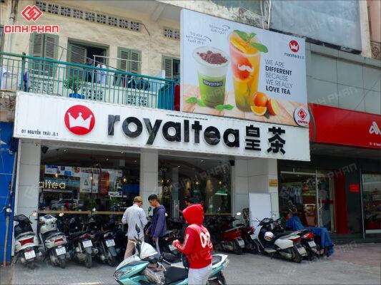 bảng hiệu trà sữa royaltea